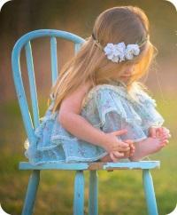 Flicka blå stol liten